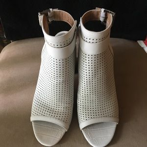 🆕 AUTHENTIC SAM EDELMAN PERFORATED WHITE BOOTIES